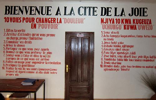 Crédits: Physicians for Human Rights Wall. Cité de la Joie, campus de l'Hôpital Panzi, janvier 2012. Règles de la Cité de la Joie en français et swahili.